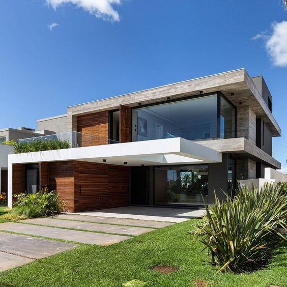 Fachada com telhado embutido e concreto.