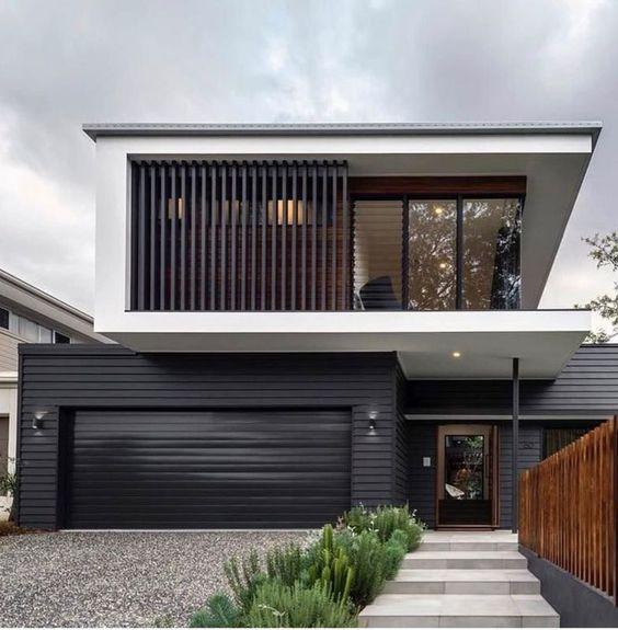 Sobreposição de volumes na fachada em preto e branco.