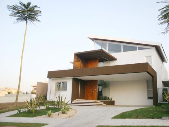 Fachada moderna com telhado aparente.