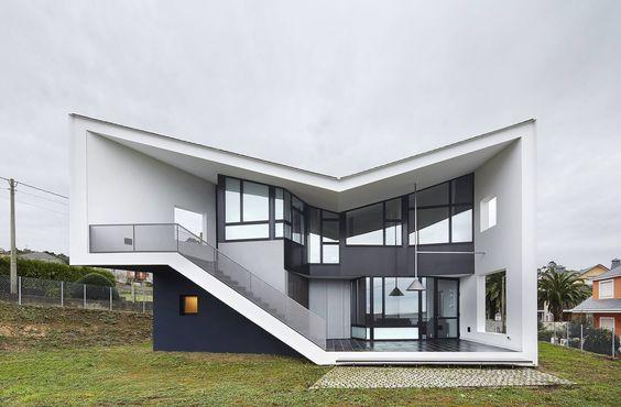 Fachada moderna com telhado irregular.