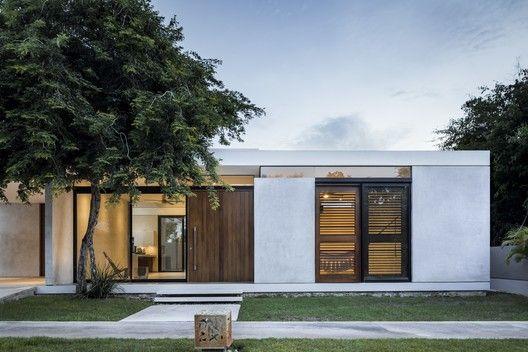 Fachada térrea com arquitetura modernista.