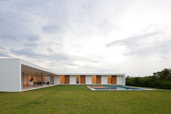 Fachada térrea com arquitetura modernista em L.