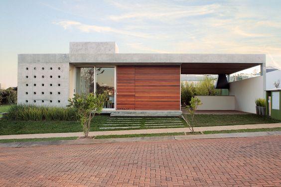 Fachada térrea com elementos da arquitetura moderna.