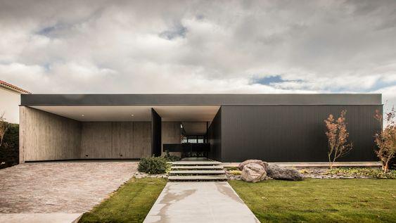 Casa térrea com arquitetura modernista.