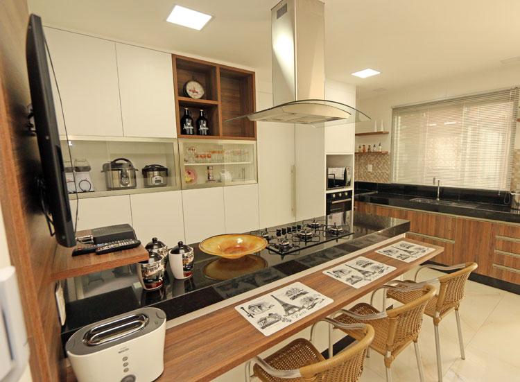 Cozinha com ilha e Tv.
