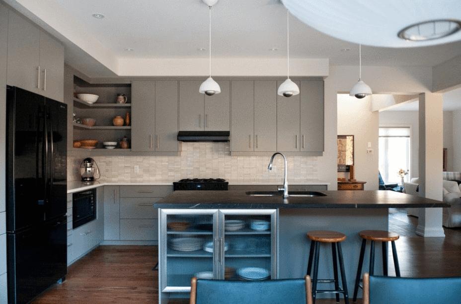 Cozinha com ilha cinza e preta.