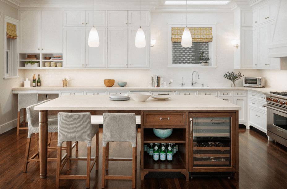 Cozinha branca com madeira.