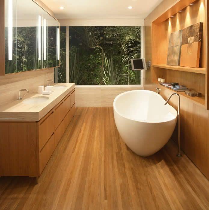 Banheiro de mármore travertino e madeira.