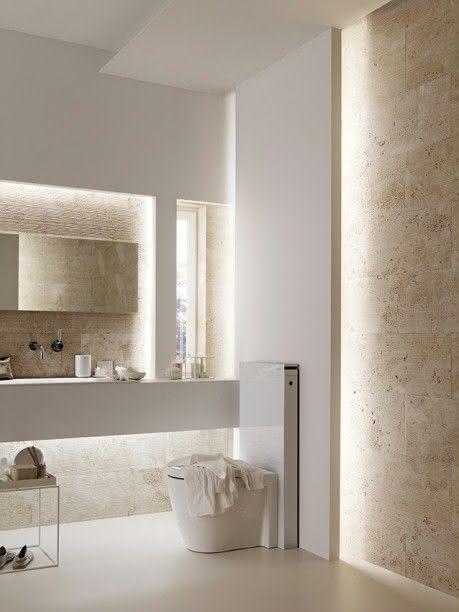 Banheiro de mármore travertino rústico com parede branca.