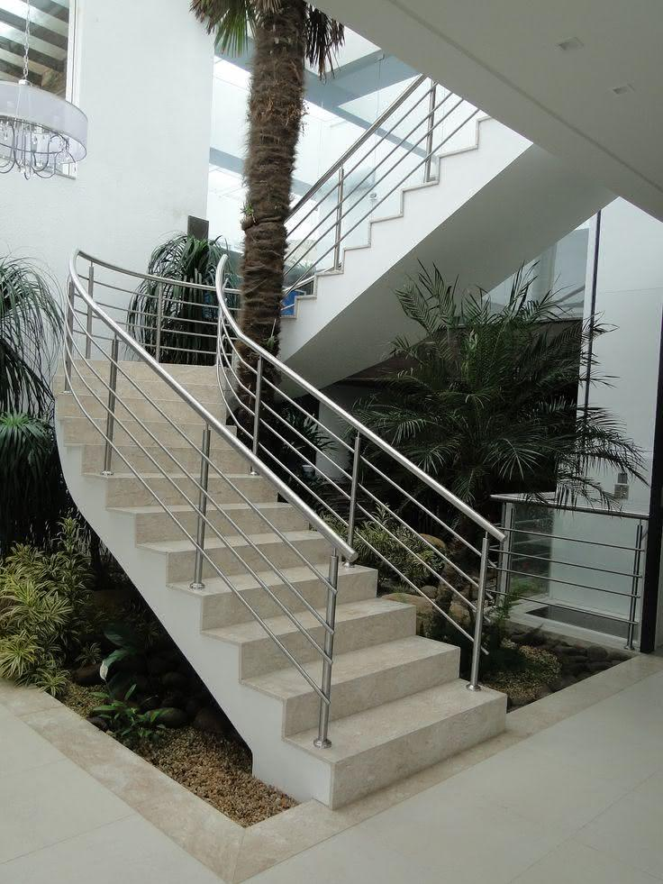 Escada de mármore travertino rústico.