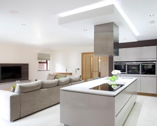 Casa moderna, com cozinha de ilha integrada a sala.
