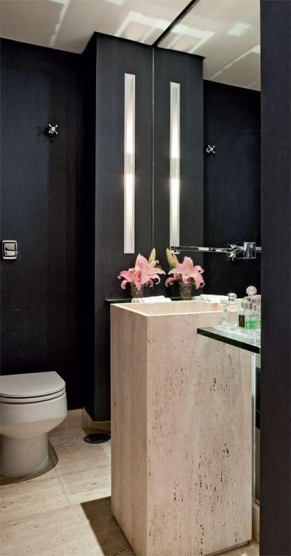 Banheiro preto com detalhe em mármore.