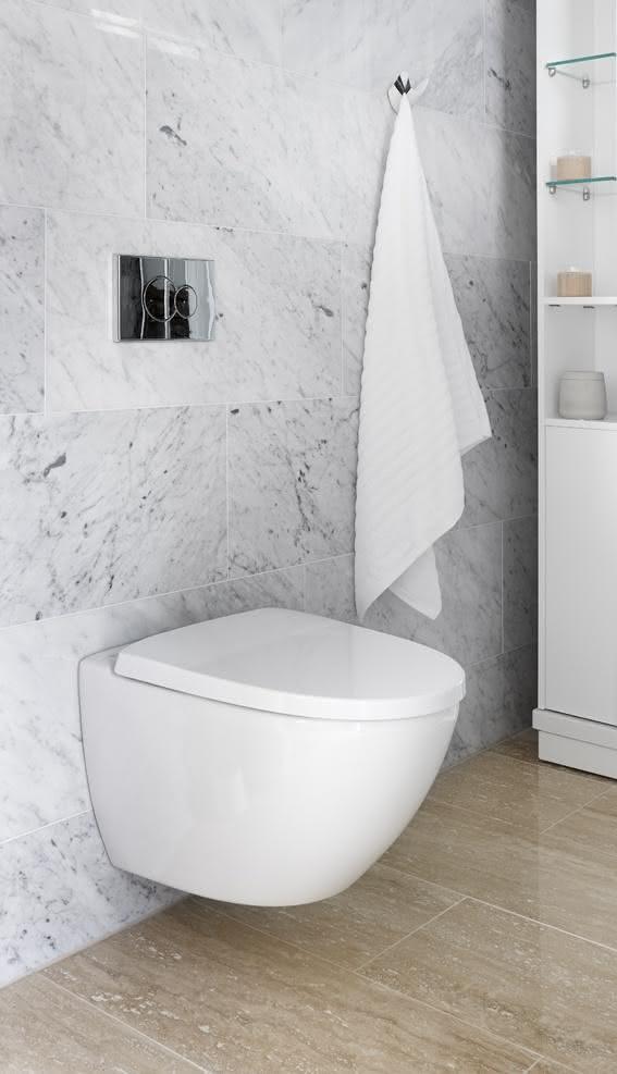 Banheiro com mármore branco.