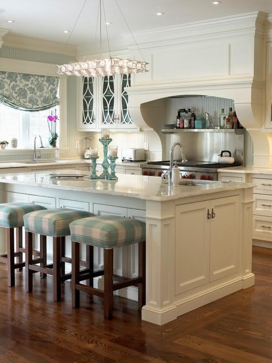 Cozinha branca com ilha.