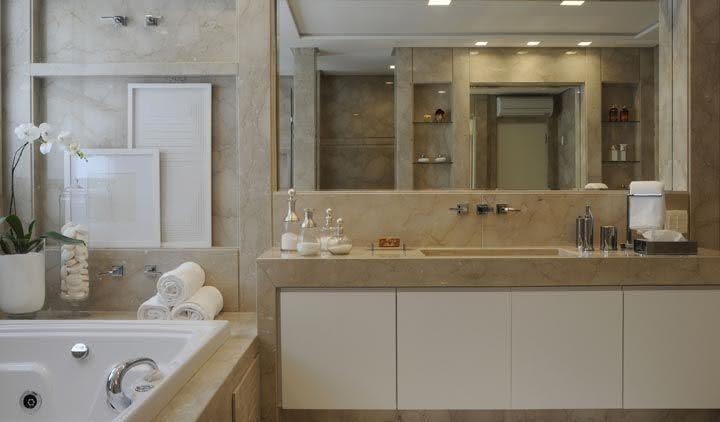 Banheiro de mármore travertino.
