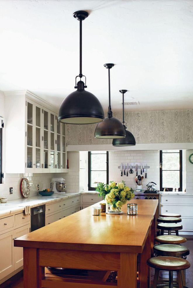 Cozinha de ilha com luminárias.