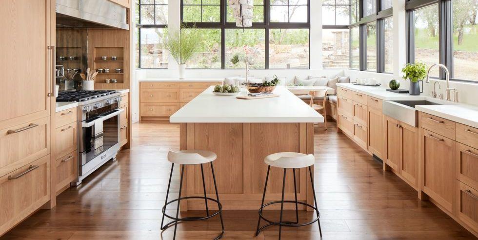 Cozinha de ilha com revestimento de madeira.