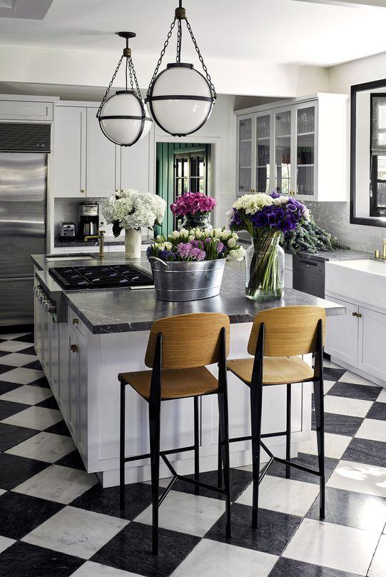 Cozinha preta e branca.