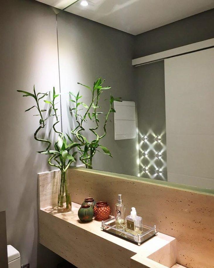 Banheiro cinza, com pia de mármore.