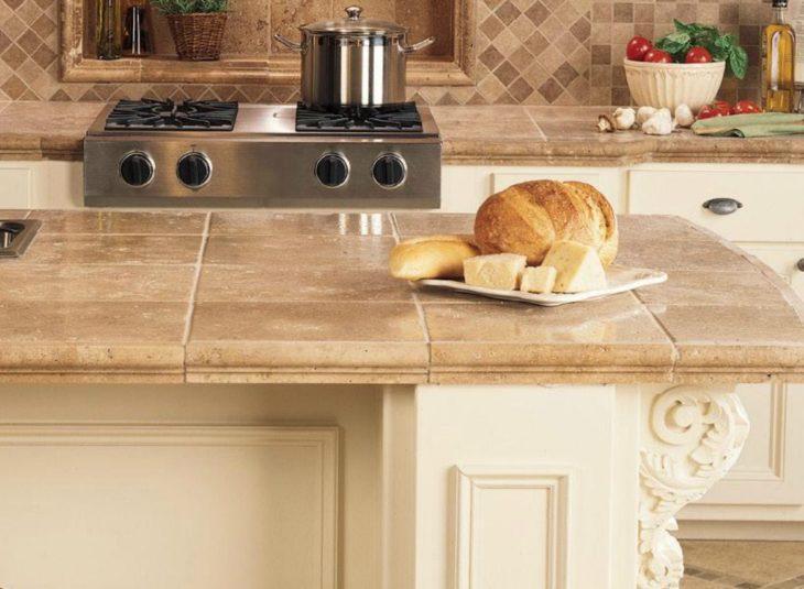 Cozinha com ilha de mármore travertino.