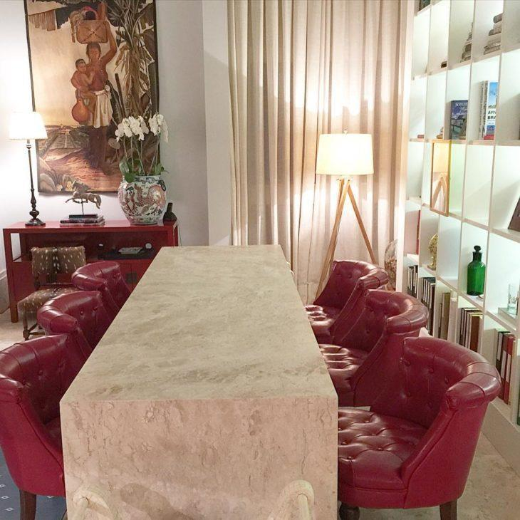 Mesa de mármore travertino.