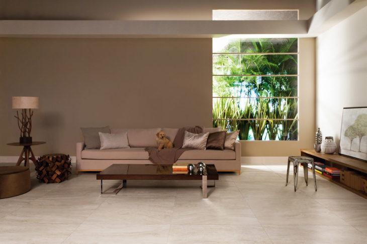 Sala com chão de mármore.