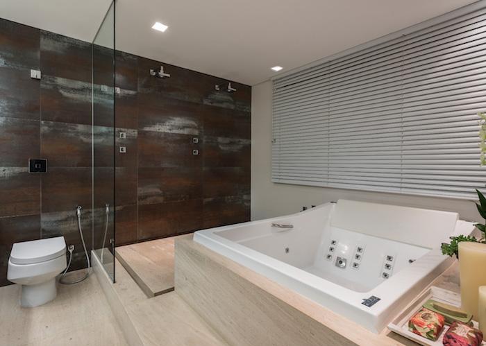 Banheiro com piso de mármore.