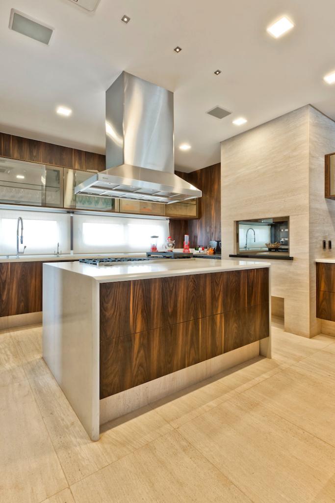 Cozinha com parede de mármore.