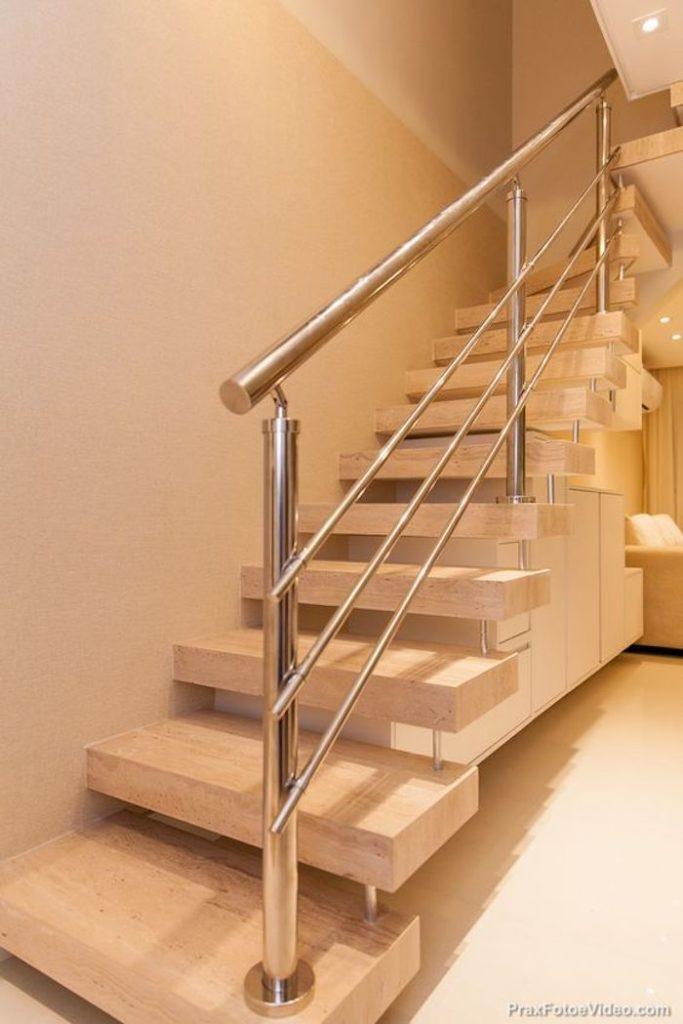 Escada de mármore e corrimão de ferro.