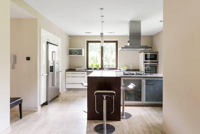 Cozinha com piso de mármore travertino.