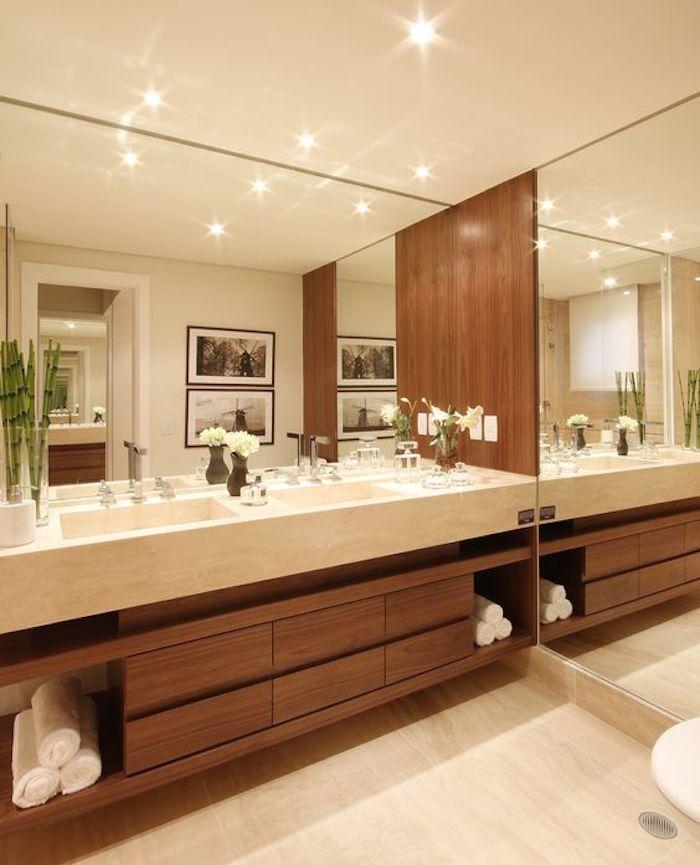 Pia de mármore com espelhos e madeira.