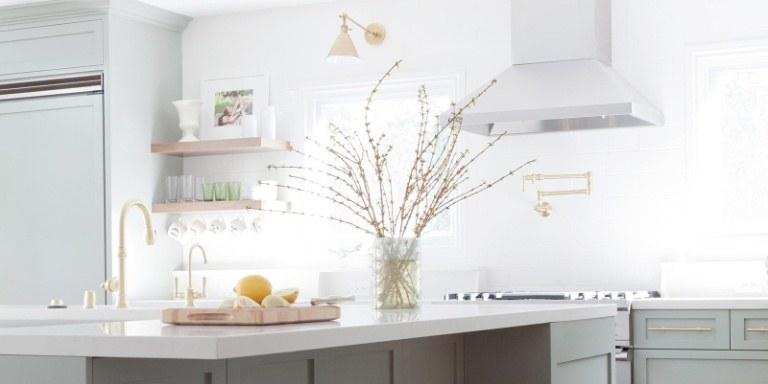 Cozinha com granito branco.