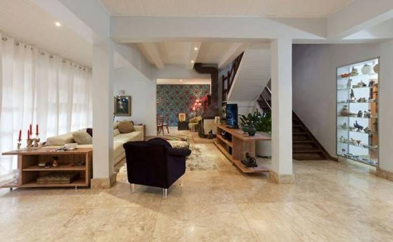 Sala com piso de mármore travertino.