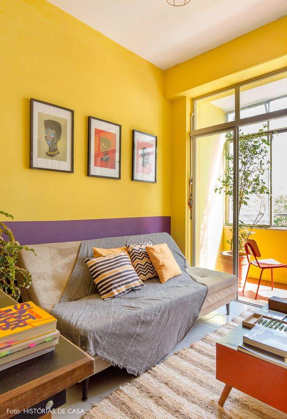 Parede em duas cores: Amarelo e violeta combinam superbem no ambiente.
