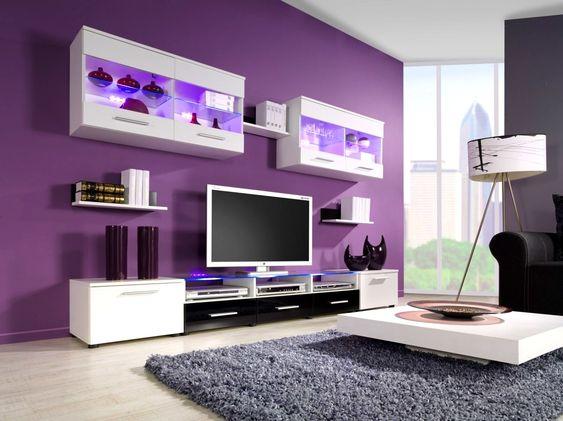 Roxo foi a escolha para esta sala de TV.