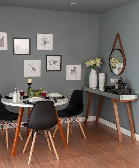 Cinza-chumbo foi utilizado na parede e teto da sala de jantar.