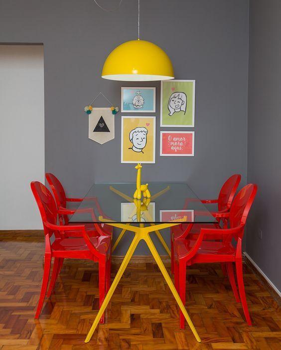 Paleta de cor composta por cinza, vermelho e amarelo.