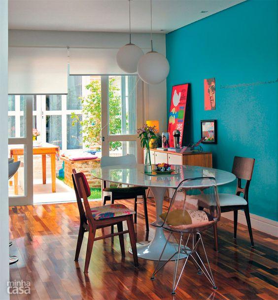 A escolha de cores deixou o clima leve e jovem nessa sala.