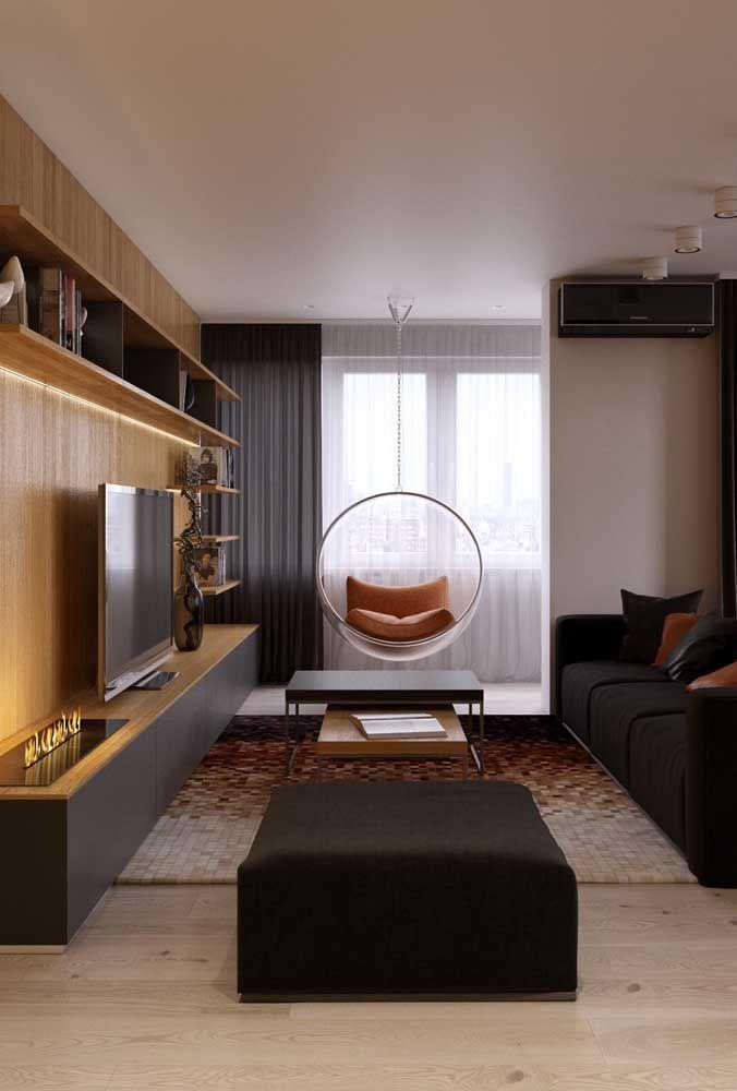 Preto e madeira formam a paleta perfeita para essa sala elegante.