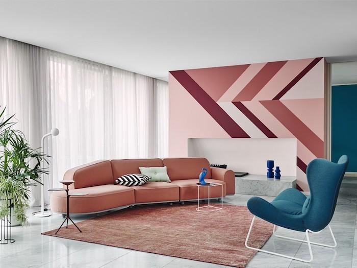 Grafismo na parede é o grande destaque na sala.