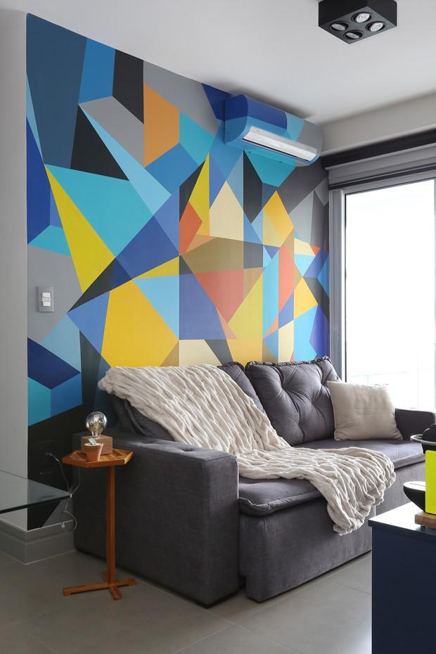 Cores para sala: painel geométrico é destaque no ambiente.