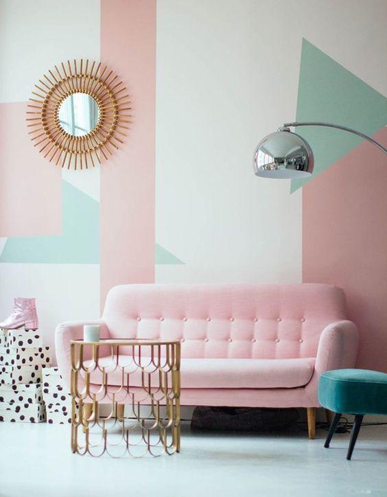 Geometria na parede atrás do sofá transformam o ambiente.