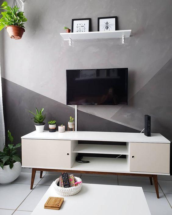 Cores para sala: Paleta de cinza foi usada atrás da TV.
