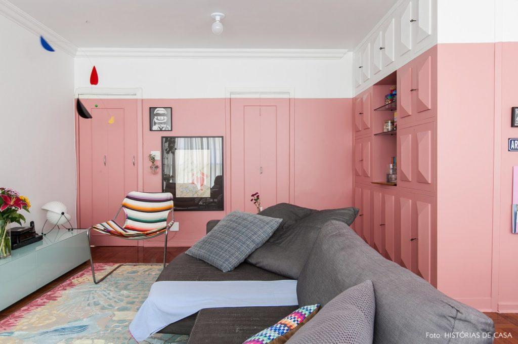 Cor-de-rosa é destaque na sala de estar.