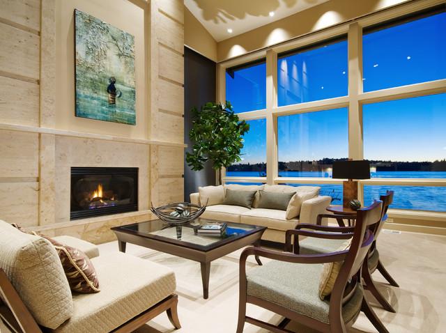 Sala com piso e parede de mármore.