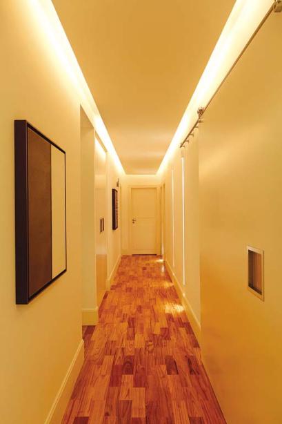 corredor com iluminação lateral.