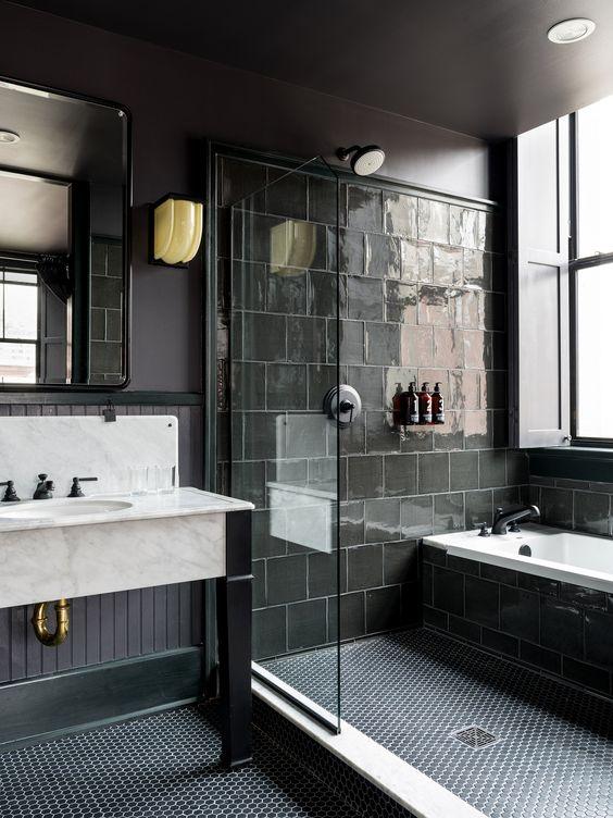 Banheiro cinza com teto rebaixado.