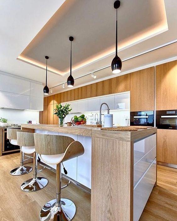 Cozinha de ilha com teto de gesso.