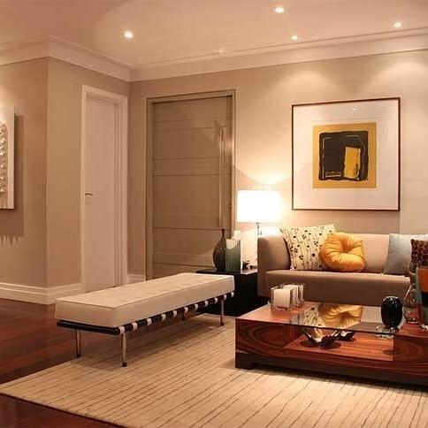 Sala de estar com iluminação de spots.