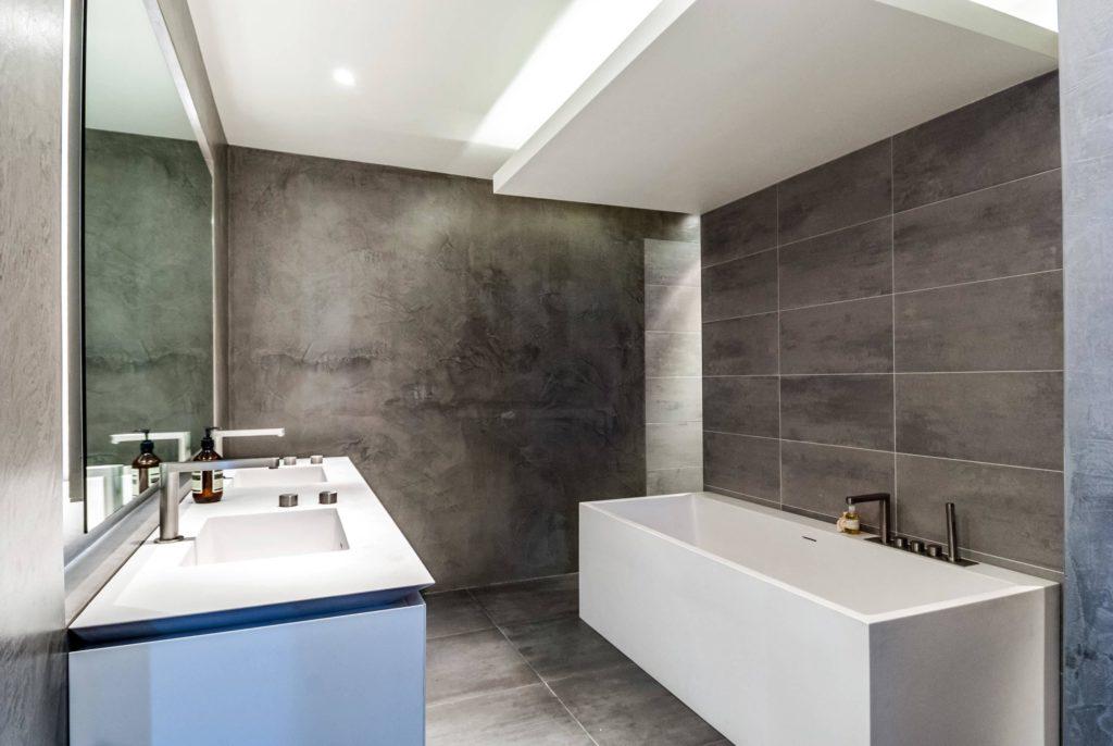 Banheiro com teto rebaixado.